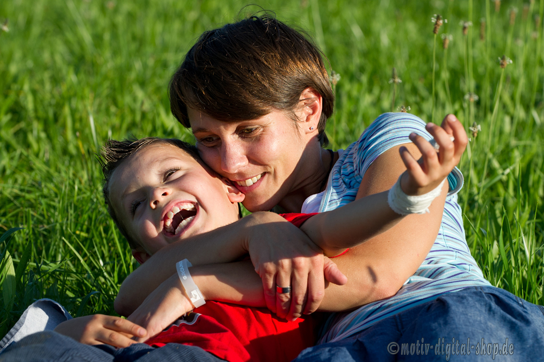 Mutter und Kind auf der Wiese